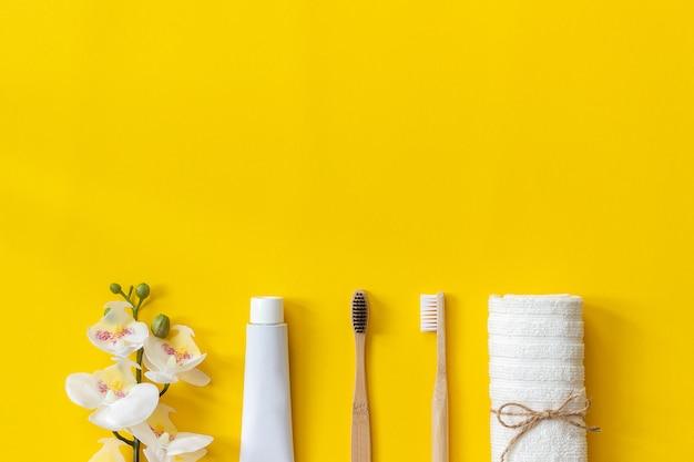 Natürliche umweltfreundliche bambusbürsten, handtuch und zahnpastatube