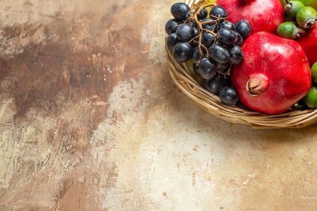 Natürliche und frische verschiedene früchte in braunen holztöpfen