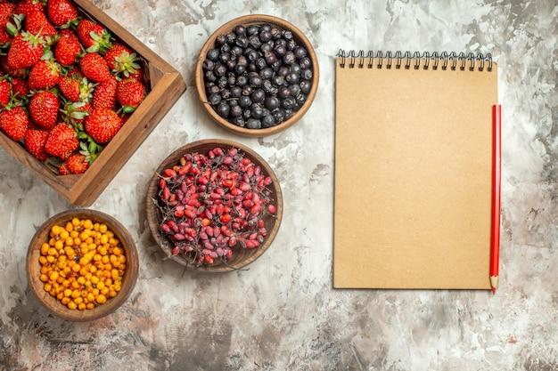Natürliche und frische verschiedene früchte in kleinen braunen holztöpfen