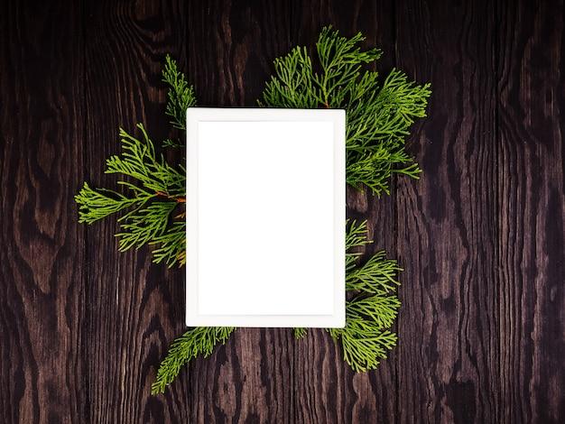 Natürliche weihnachtsdekoration aus holz und tannenzapfen ohne kunststoff.