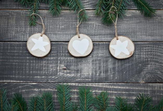 Natürliche weihnachtsdekorationen auf holz