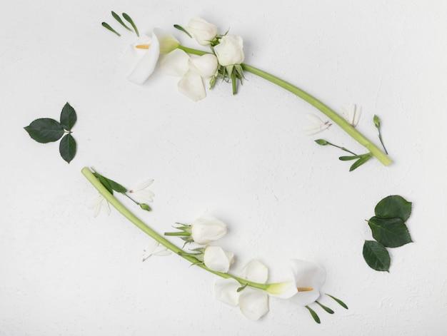 Natürliche weiße callalilie und rosafarbene blumen gestalten draufsicht