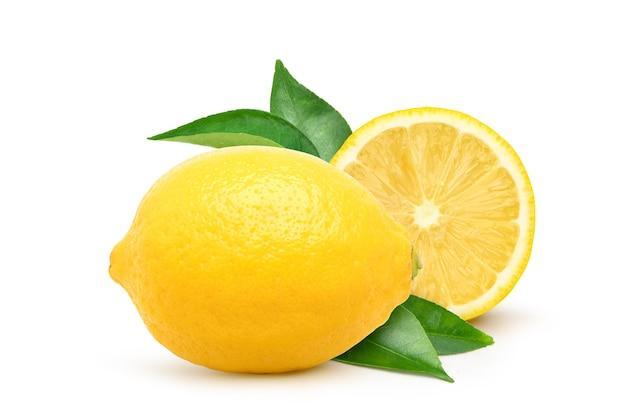 Natürliche zitronenfrucht mit halbiertem und grünem blatt isoliert auf weißem hintergrund.