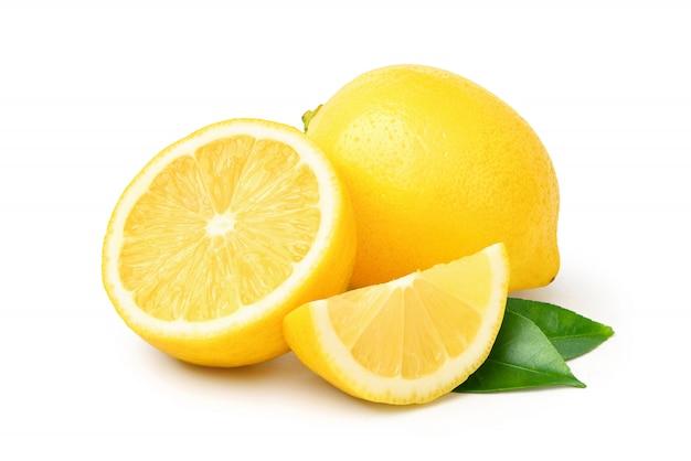 Natürliche zitronenfrucht mit in zwei hälften geschnittenen und grünen blättern lokalisiert auf weiß. beschneidungspfad.