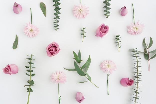 Natürliche zusammensetzung mit rosa blüten