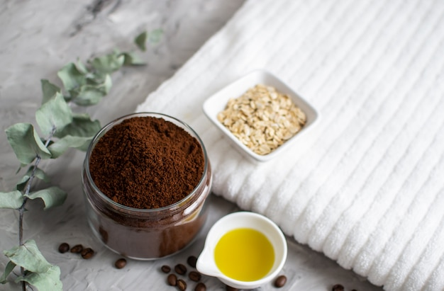 Natürliche zutaten für hausgemachten körperkaffee sugar salt scrub oil beauty spa-konzept körperpflege