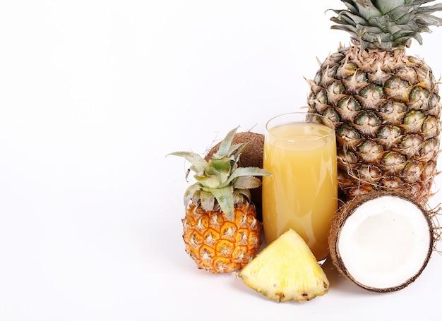 Natürlicher ananas- und kokosnusssaft auf glas
