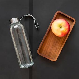 Natürlicher apfel und leckeres wasser