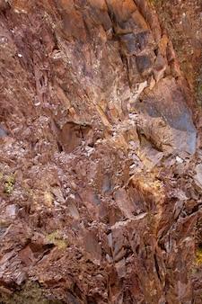 Natürlicher berg mit rotem rodenostein