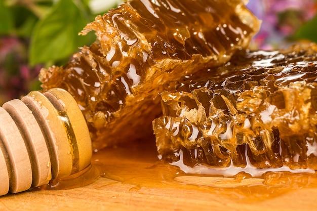 Natürlicher bio-honig auf einem tisch, nahaufnahme