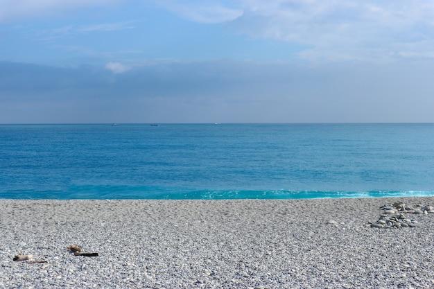 Natürlicher blauer seeozean-steinstrand in hualien-stadt taiwan.