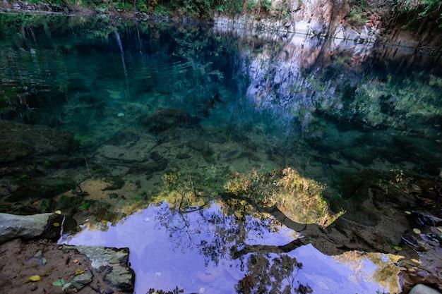 Natürlicher brunnen oder unterirdischer wasserlauf auf dem krater