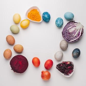 Natürlicher farbstoff für ostereier - rotkohl, rote beete, kadaver, kurkuma und zwiebelschale auf hellem hintergrund