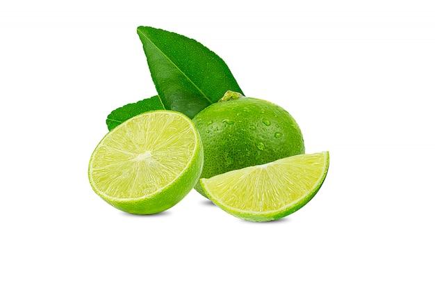 Natürlicher frischer kalk mit wassertropfen und scheibe der grünen kalkzitrusfrucht stehen lokalisiert auf weiß