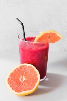 Natürlicher grapefruitsmoothie in der flasche