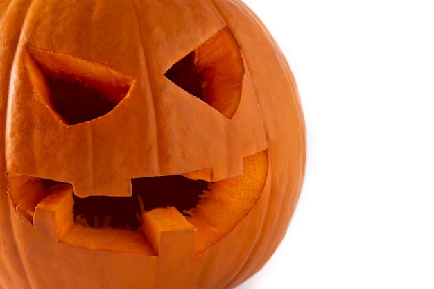 Natürlicher halloween-kürbis lokalisiert auf weißem hintergrund