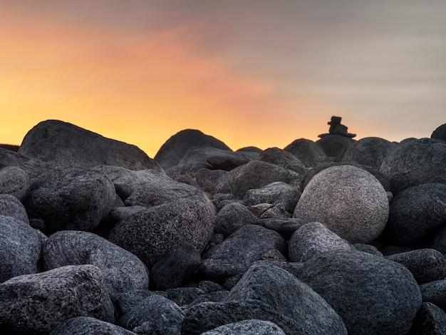 Natürlicher hintergrund der kieselsteine auf der küstennahaufnahme
