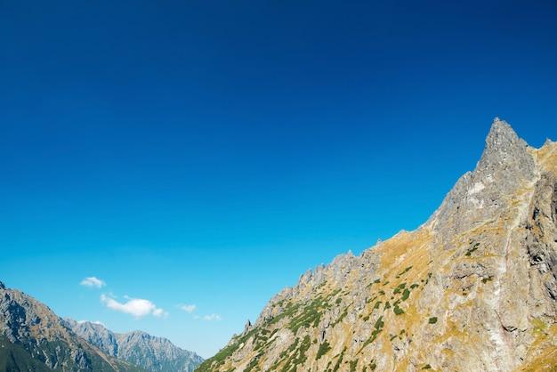 Natürlicher hintergrund des morgenhimmels ohne wolken über den hohen bergen im tatra-nationalpark