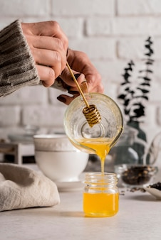 Natürlicher honig zum tee