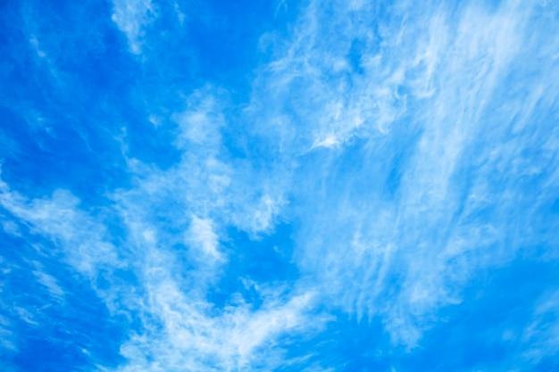 Natürlicher landschaftshintergrund, strahlend blauer himmel mit weißer cumuluswolke