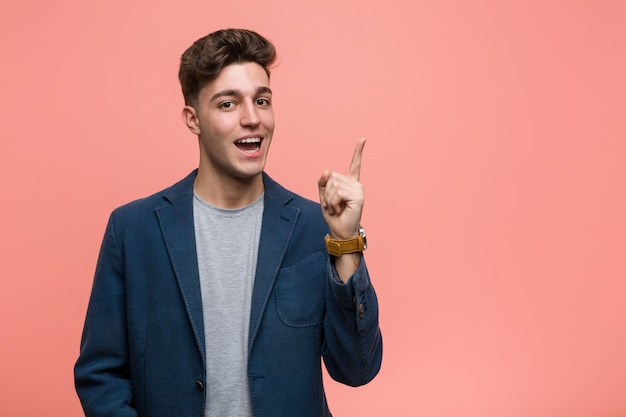 Natürlicher mann des jungen geschäfts, der mit dem zeigefinger weg freundlich zeigen lächelt