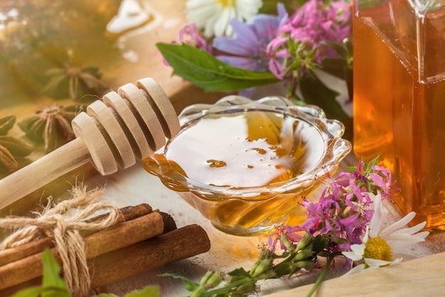 Natürlicher organischer honig auf einem holztisch