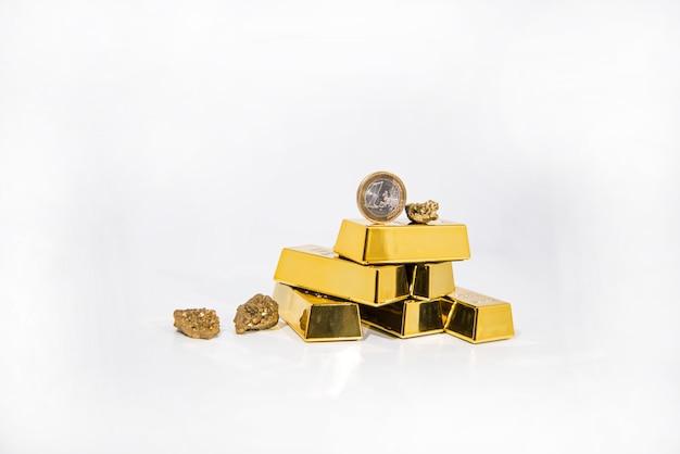 Natürlicher quarzgold-titanachatkristall mit goldbarren.