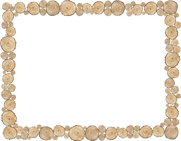 Natürlicher rahmen aus holzschnitten. grenze gemacht von den baumringen lokalisiert auf weißem hintergrund. rustikale natürliche beige schablone.