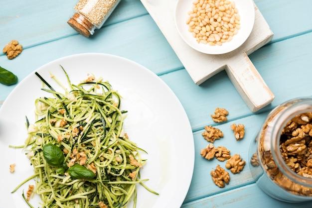Natürlicher salat auf platte mit nüssen und samen