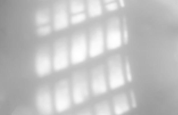 Natürlicher schattenüberlagerungseffekt des fensters auf weißer wand