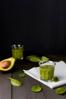 Natürlicher smoothie aus spinat und avocado