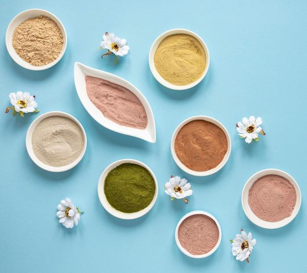 Natürlicher spa-sand in schalen und blumen