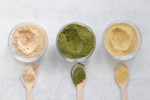 Natürlicher spa-sand in schalen und löffeln