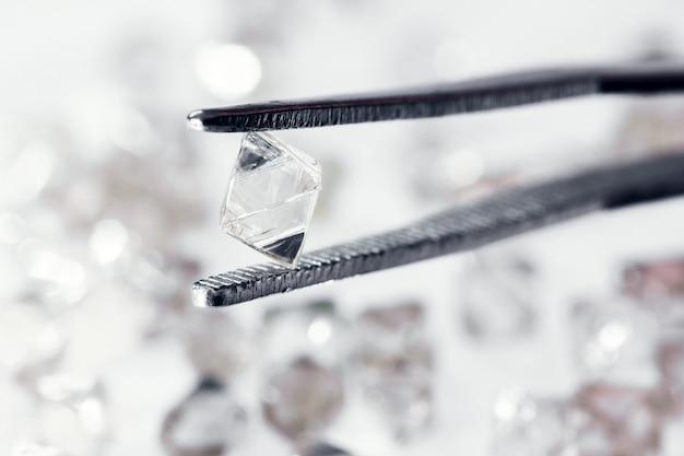 Natürlicher transparenter diamant in einer pinzette