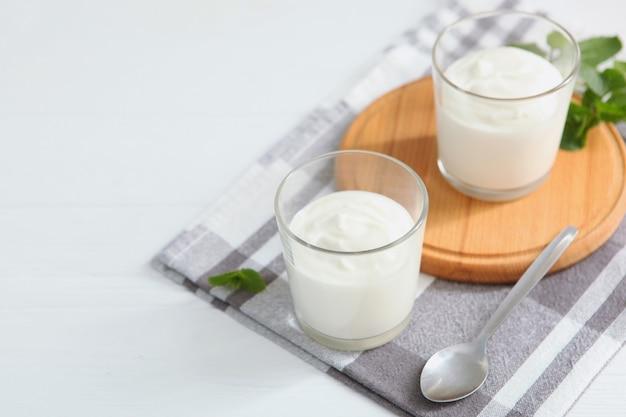 Natürlicher weißer joghurt auf dem tisch gesunder snack griechischer joghurt