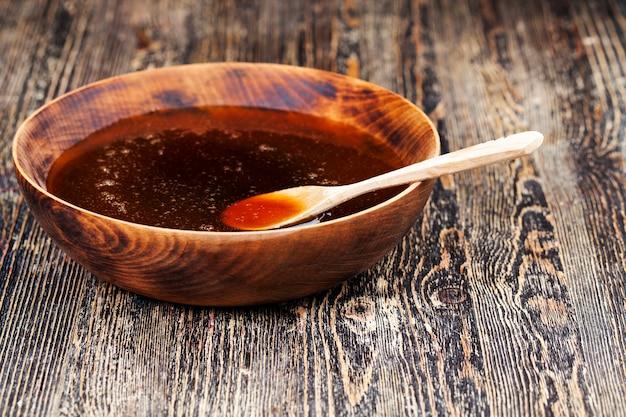 Natürlicher zähflüssiger honig, der von honigbienen hergestellt wird, honig wird verpackt und in lebensmitteln verwendet, da er eine große menge an kohlenhydraten enthält und für die menschliche gesundheit nützlich ist
