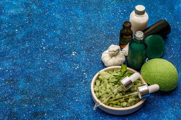 Natürliches ätherisches bio-grünteeöl und meersalz. gesundes ritual, auf sich selbst aufzupassen. naturkosmetik, spa-set