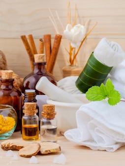 Natürliches badekurort-bestandteil-aromatherapie- und natürliches badekurortthema auf hölzernem hintergrund.