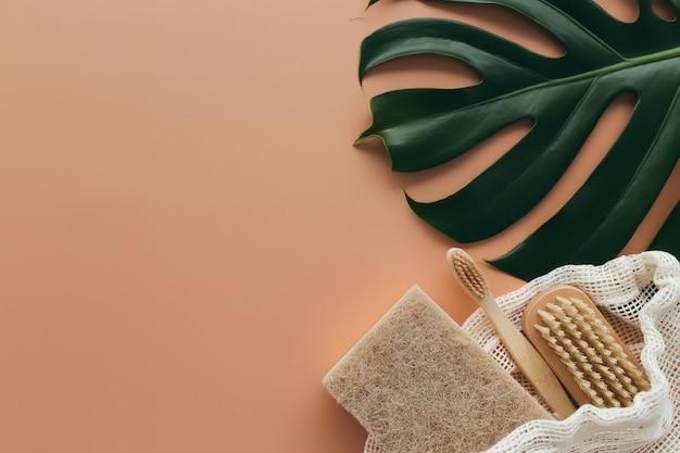 Natürliches badzubehör, set natürliches badzubehör, umweltfreundliche produkte auf beigem hintergrund. hochwertiges foto