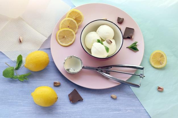 Natürliches eis, zitronen auf einem holztisch, hausgemachtes dessert, gesundes essen