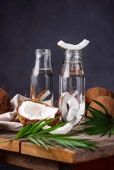 Natürliches gesundes frisches kokoswasser