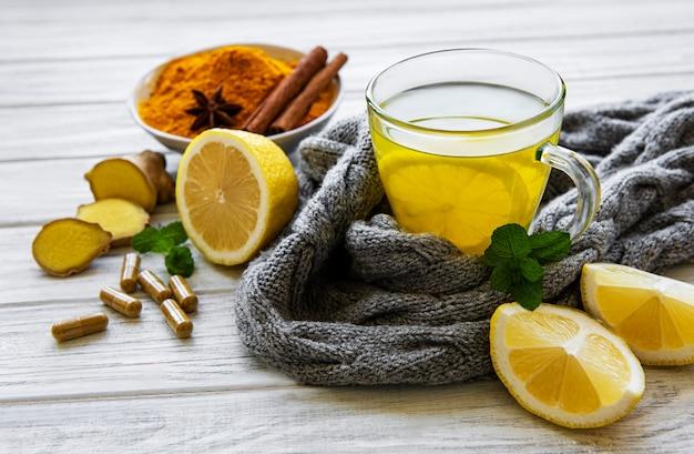 Natürliches gesundes kurkuma-getränk anstelle traditioneller medikamente und pillen gegen grippe. alternativmedizinisches konzept.