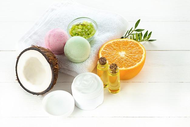 Natürliches kokosöl und früchte