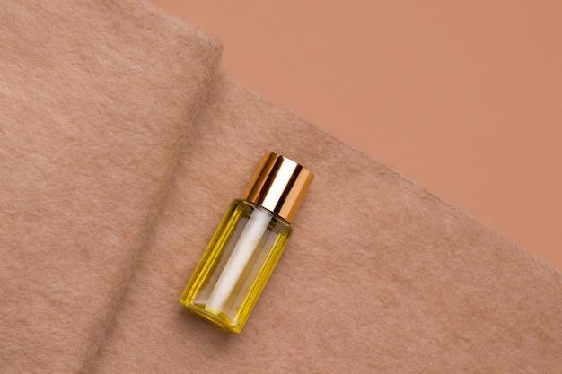 Natürliches kosmetiköl auf brauner alpaka-wolle