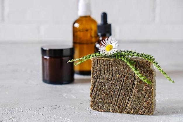 Natürliches kosmetiköl und natürliche handgemachte seife mit luffa. gesunde hautpflege. spa-konzept