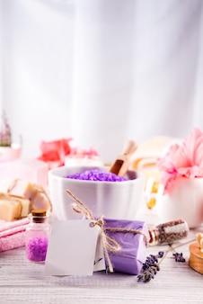 Natürliches kräuterseesalz mit aromatischen kräutern oder pflanzen - ideal zum entspannen.