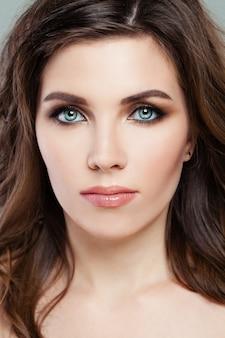 Natürliches make-up. schöne frau mit perfektem make-up. gesicht nahaufnahme