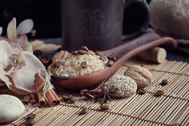 Natürliches meersalz mit kaffeebohnen, zimt und anisstern