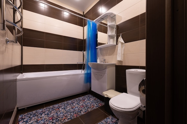 Natürliches neues klassisches schickes badezimmerinterieur