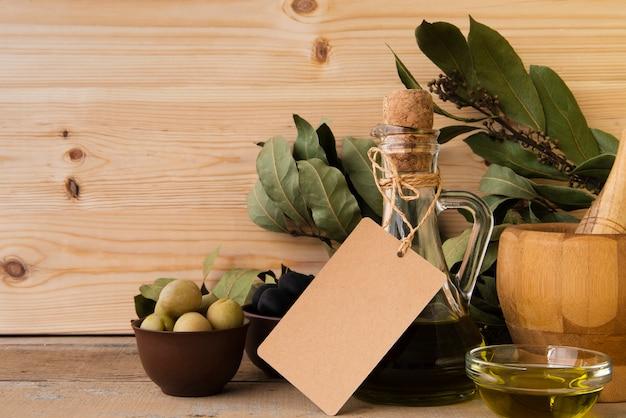 Natürliches olivenöl und oliven der nahaufnahme